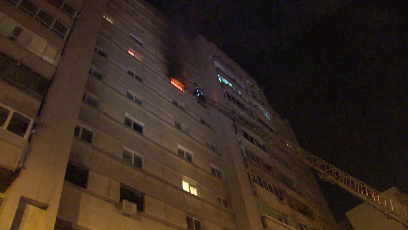 Oameni evacuati dupa un incendiu izbucnit intr-un bloc din Pitesti.