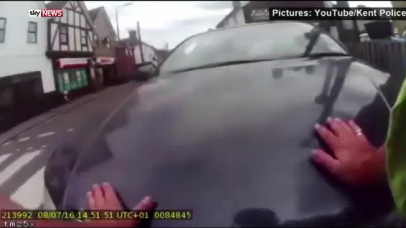 Un politist englez a vrut sa-i dea unui sofer o amenda, dar a fost luat pe capota. Incidentul a fost filmat