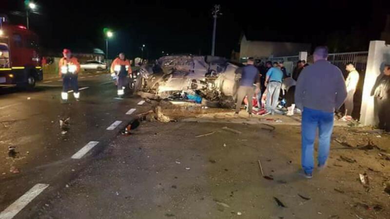 Un cuplu a murit după ce a intrat cu mașina într-o căruță nesemnalizată