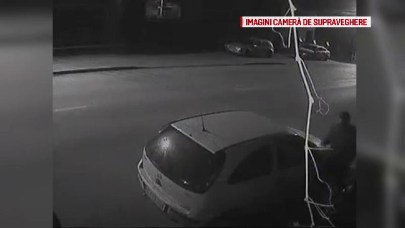 Surprins de camerele de supraveghere în timp ce vandaliza mai multe maşini. Bărbatul, căutat de poliţie