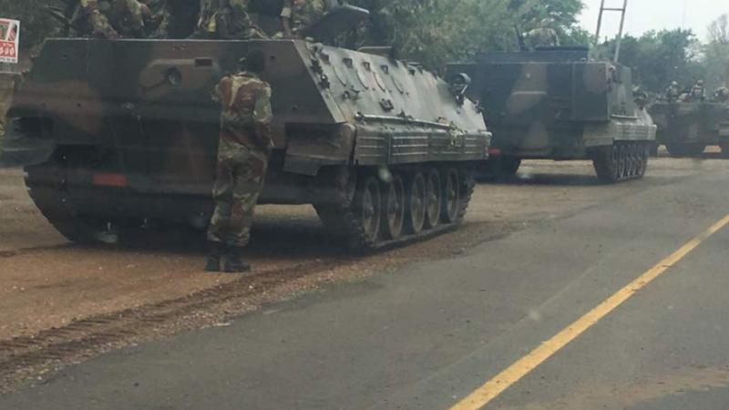 Tancurile s-ar îndrepta spre capitală, în Zimbabwe. Șeful armatei a fost acuzat de trădare