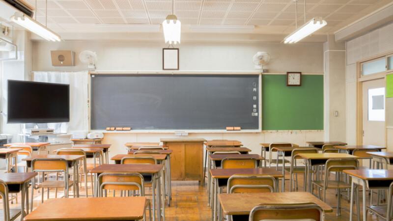 Profesoară pălmuită pe fund şi înjurată de elevi în oră, în Teleorman