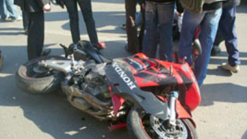 Casca de protectie va poate salva viata.Un motociclist a murit dupa ce s-a izbit violent de o masina