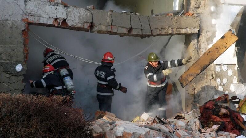 Cele doua persoane ranite in explozia dintr-un bloc din Targu Carbunesti, aduse la Spitalul de Arsi