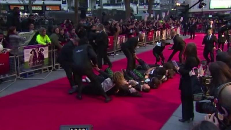 Protest la premiera noului film in care joaca Meryl Streep. Motivul pentru care cateva femei au aruncat cu fumigene