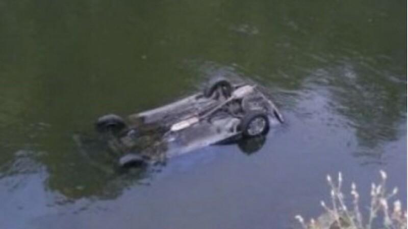 Un sofer a plonjat cu masina in Canalul Dunare - Marea Neagra. Barbatul a fost salvat de trecatori