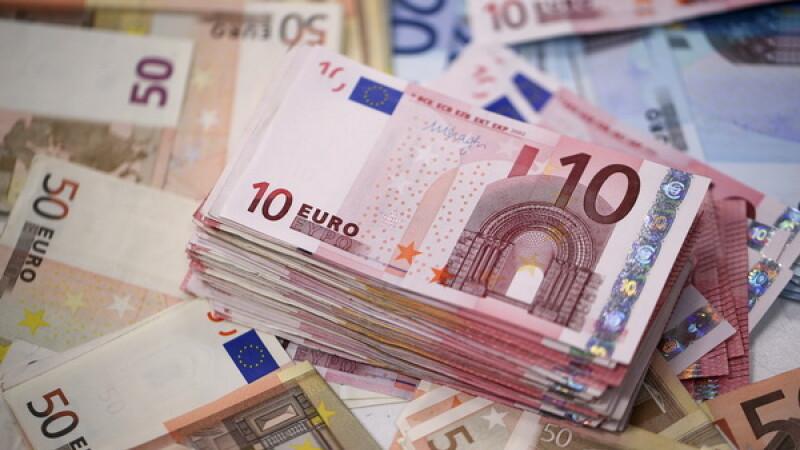 Un francez a gasit 20.000 de euro pe jos inainte de Craciun si imediat a fost retinut. Cui ii apartineau de fapt banii