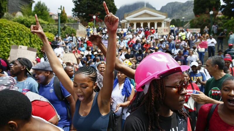 Momentul in care mai multi tineri albi formeaza un scut uman ca sa ii apere pe cei de culoare, in timpul unui protest