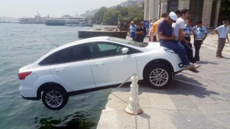 Un turist si-a parcat masina pe o strada in panta din Istanbul. Modul ingenios in care trecatorii i-au salvat-o