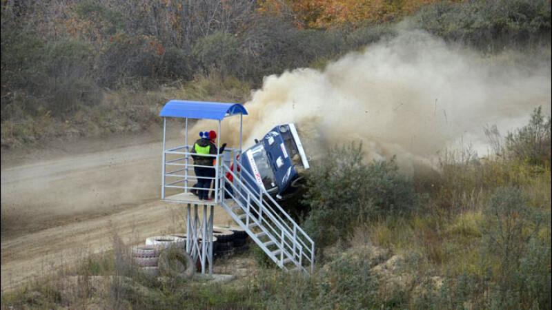 Accident oribil la un raliu din Rusia: o masina s-a izbit de un punct de control. Totul a fost filmat