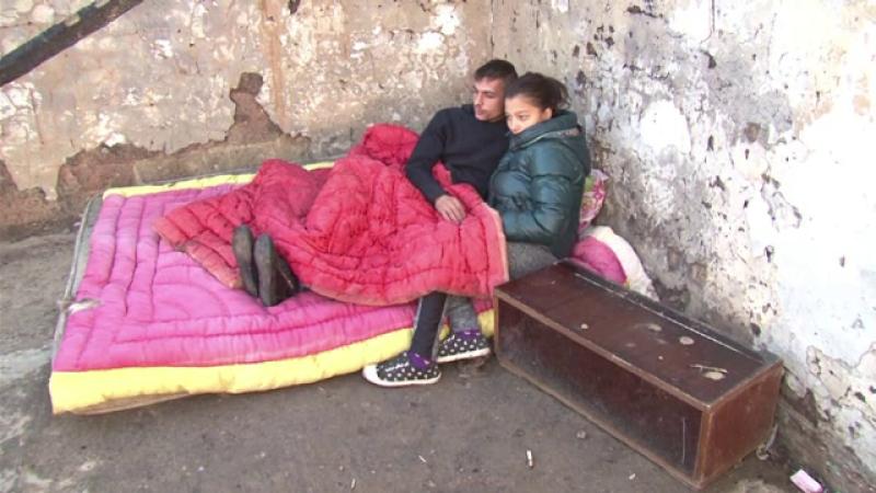 O familie din Bacau doarme sub cerul liber dupa ce casa le-a ars chiar in noaptea de Inviere: