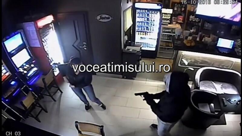 Panica intr-o cafenea din Timisoara. Un barbat mascat cu o cagula si purtand un pistol a amenintat o barmanita. VIDEO