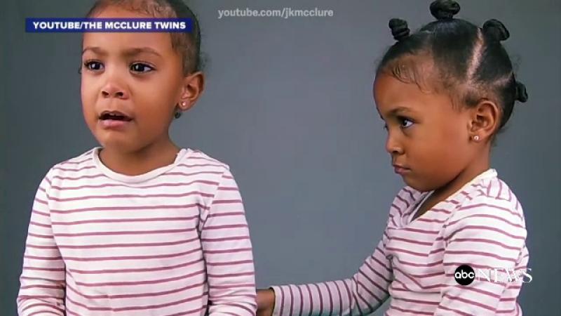O fetita de 3 ani plange cand afla ca sora ei geamana este cu un minut mai mare: