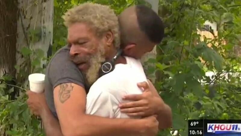 S-au revazut dupa 37 de ani. Cum a reactionat barbatul cand l-a vazut pe fiul sau, care l-a cautat inca de la 8 ani. VIDEO