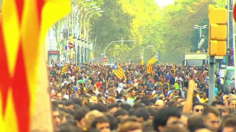 Parlamentul catalan ar putea decide luni independenţa. Regele, criticat de Puigdemont