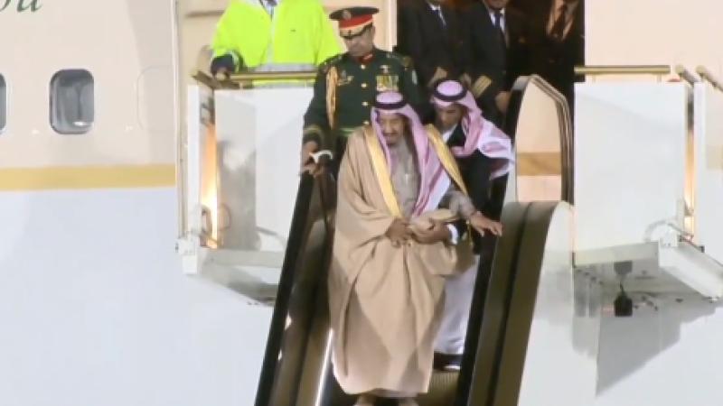Momentul în care scările rulante de aur ale regelui saudit se strică la coborârea din avion, în Moscova