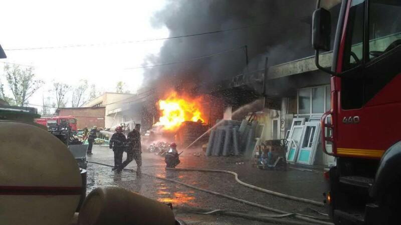 Depozitul de materiale care a luat foc în Vaslui nu avea autorizaţie ISU. Pompierii s-au întors din drum