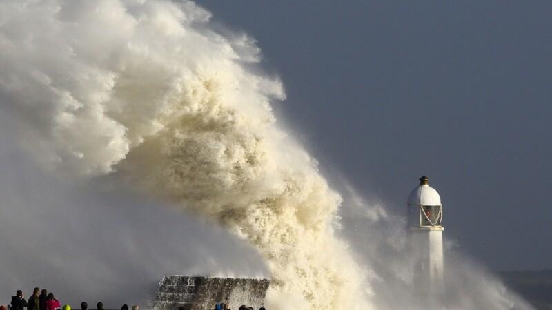 uraganul Ophelia loveşte marea britanie
