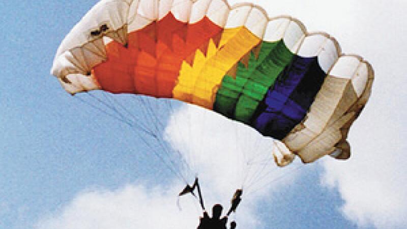 Un parasutist a supravietuit unei caderi de la 3050 de metri inaltime