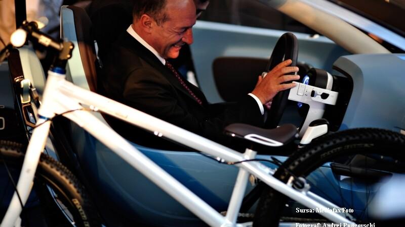 Basescu vrea sa primeasca de la Dacia un SUV rosu!