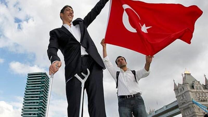 Iata-l pe Sultan, cel mai inalt om din lume! Are 2,47 m!