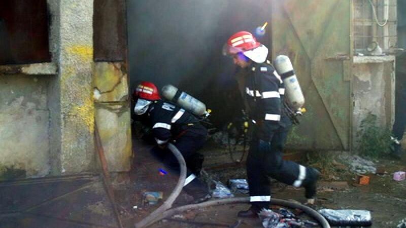 Incendiu in Chitila! Doi raniti, trei case si un service auto, avariate