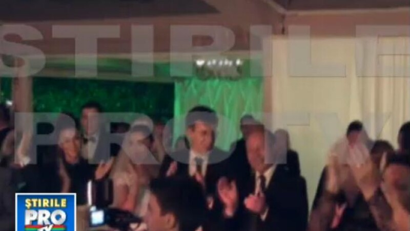 Nunta Elenei Basescu. Emil Boc si Traian Basescu canta