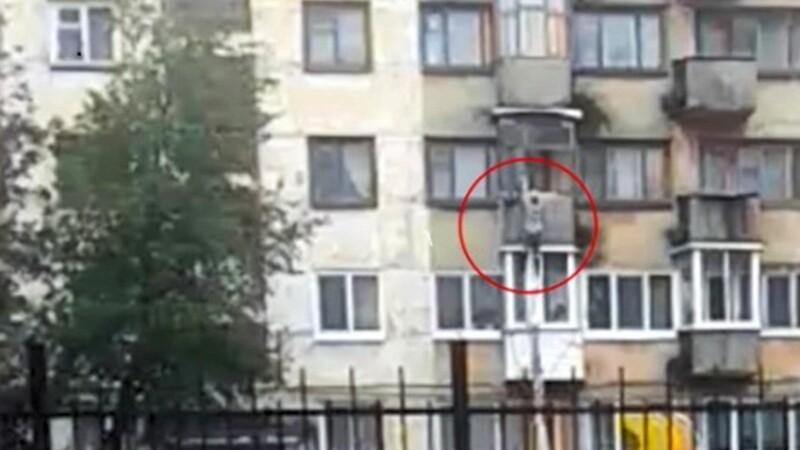 O tanara incearca sa scape de violatorul ei coborand de la etaj cu o funie din asternuturi. Ce s-a intamplat inainte de asta