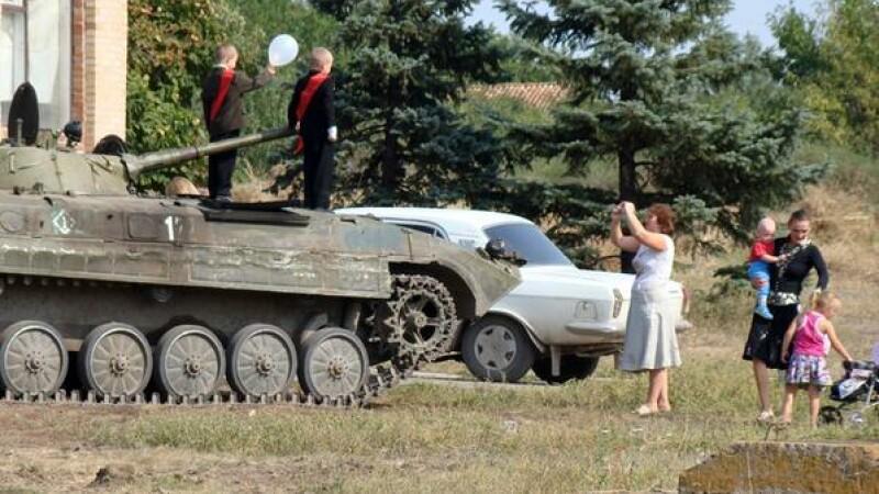 Un tata si-a adus baiatul, in prima zi de scoala, pe un tanc. Imaginile incredibile surprinse in Donetk