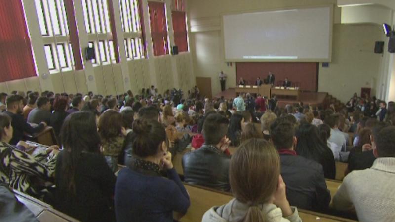 Ministrul Educatiei promite ca va dubla bursele studentilor in 2017. Cand intra in vigoare gratuitatea pe CFR