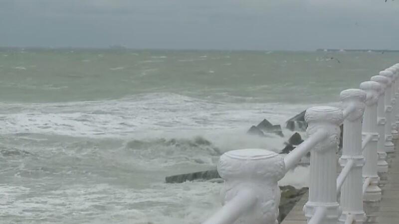 Vant puternic si furtuna la Marea Neagra. Manevrele navelor au fost suspendate temporar