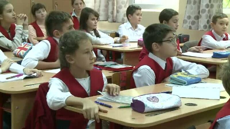 Scolile care urmeaza exemplul american si introduc uniforme obligatorii. De ce le inregistreaza apoi si la politie