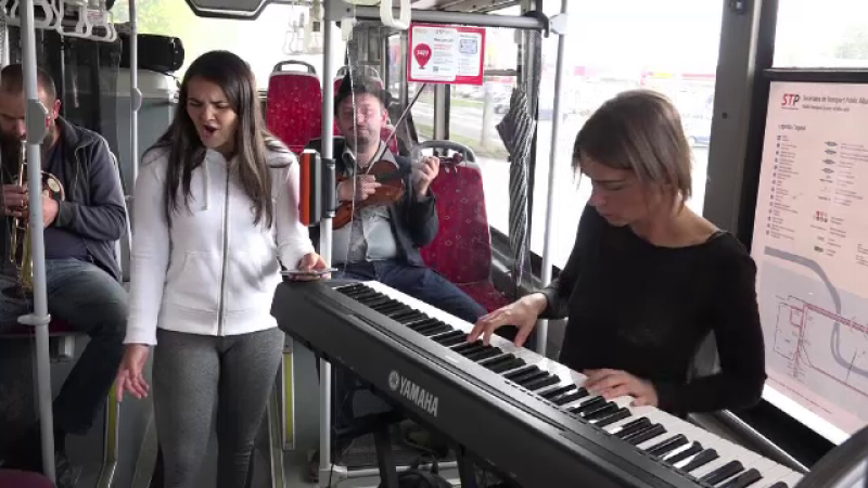 Jazz live intr-un autobuz din Alba Iulia, in deschiderea festivalului din oras. Reactia calatorilor