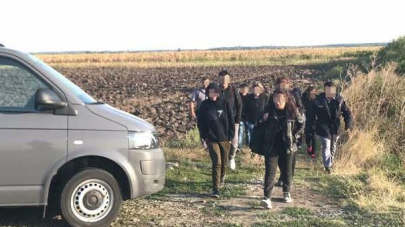 Bărbat reţinut după ce a fost prins de poliţiştii din Timişoara cu 20 de migranți în mașină