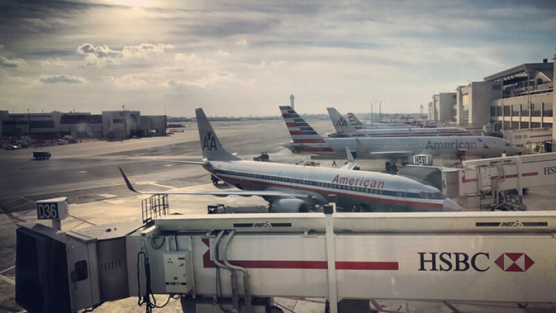 Bărbat împuşcat în aeroportul din Miami, după ce a intrat cu cuţitul pe pistă