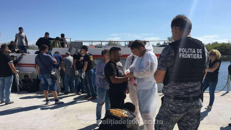 Două nave cu 227 de migranți, interceptate de Poliția de Frontieră