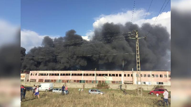 Incendiu la fabrica de vopsele din Orăștie: risc pentru sănătatea populaţiei din cauza poluării