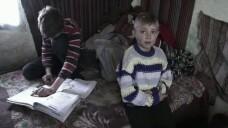 Destinul trist a noua copii din Botosani. Dorm cu randul in soba si mananca mamaliga cu ceapa, insa au numai note de 9 si 10