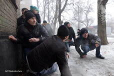 Sapte ucraineni au murit loviti de un proiectil, in timp ce stateau la coada pentru ajutoare. Nu stim cine trage