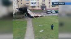 Masini distruse, acoperisuri de bloc luate de vant si zeci de copaci doborati. In unele zone, rafalele au avut si 90 km/h