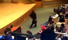 Ce fac studentii unei facultati cand profesorul vine la curs imbracat ca Indiana Jones: O sa-i lase pe toti cu restanta