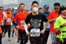 Chinezii au participat la Maratonul International din Beijing cu masti pe fata din cauza poluarii. FOTO