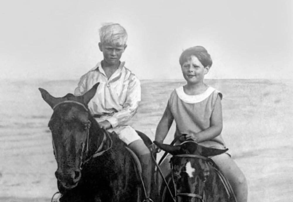 Prințul Philip și Regele Mihai, când erau copii, pe plajă la Constanța