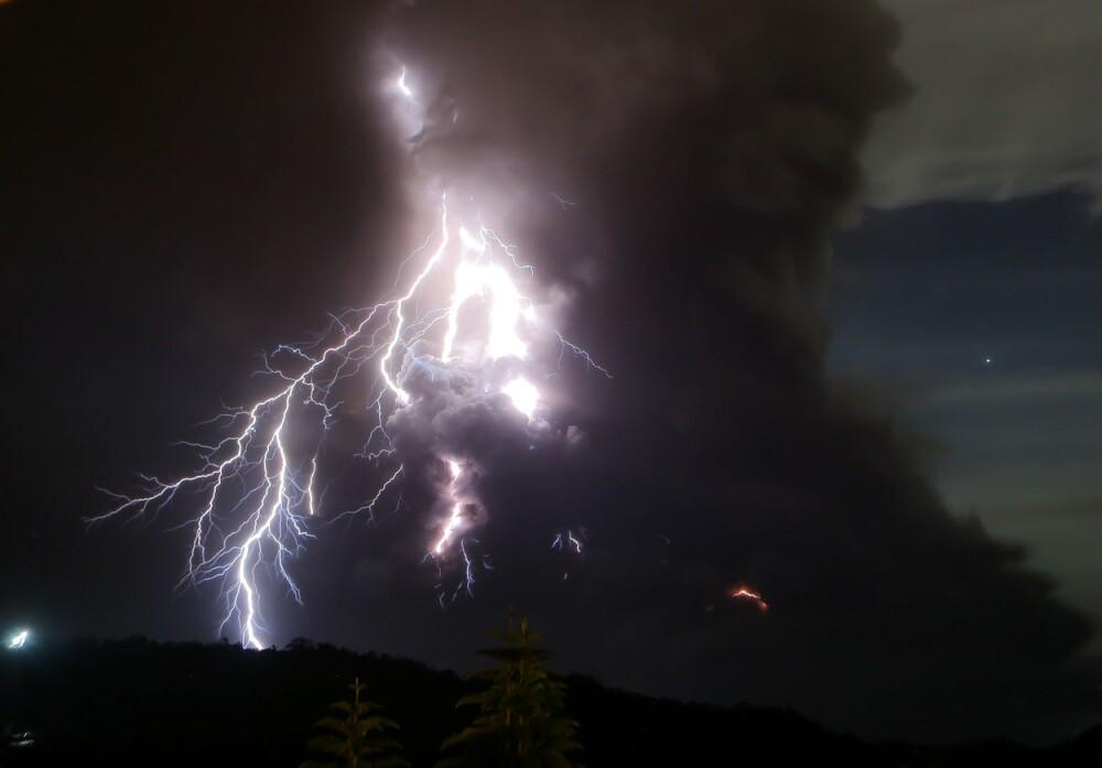 Imagini surprinzătoare. Fulgere și nori de cenușă ies din vulcanul Taal din Filipine