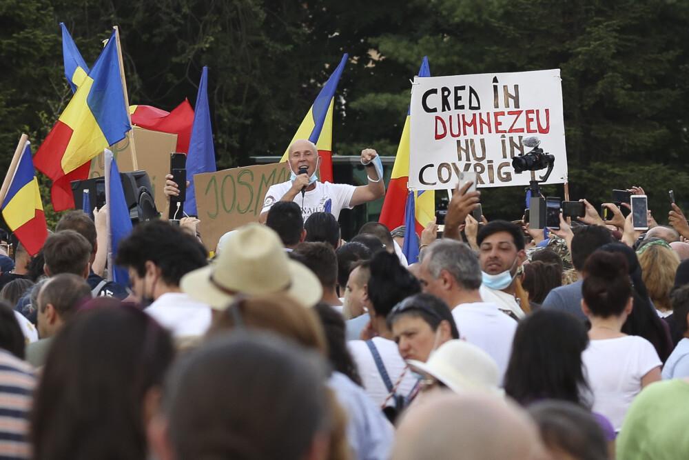 Sute de persoane au protestat în București, cerând respingerea legii izolării și carantinei