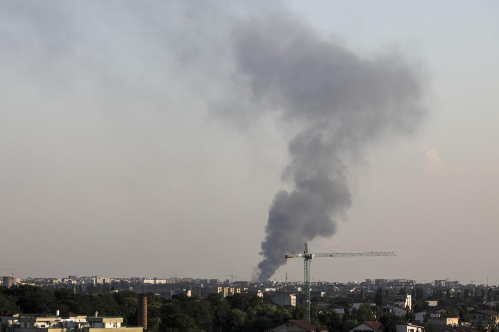 Coloană de fum, apărută în urma producerii unui incendiu la două hale din Bragadiru