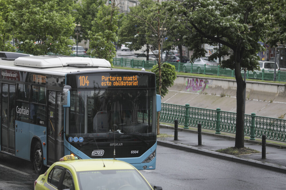 Un autobuz al STB afișează mesajul