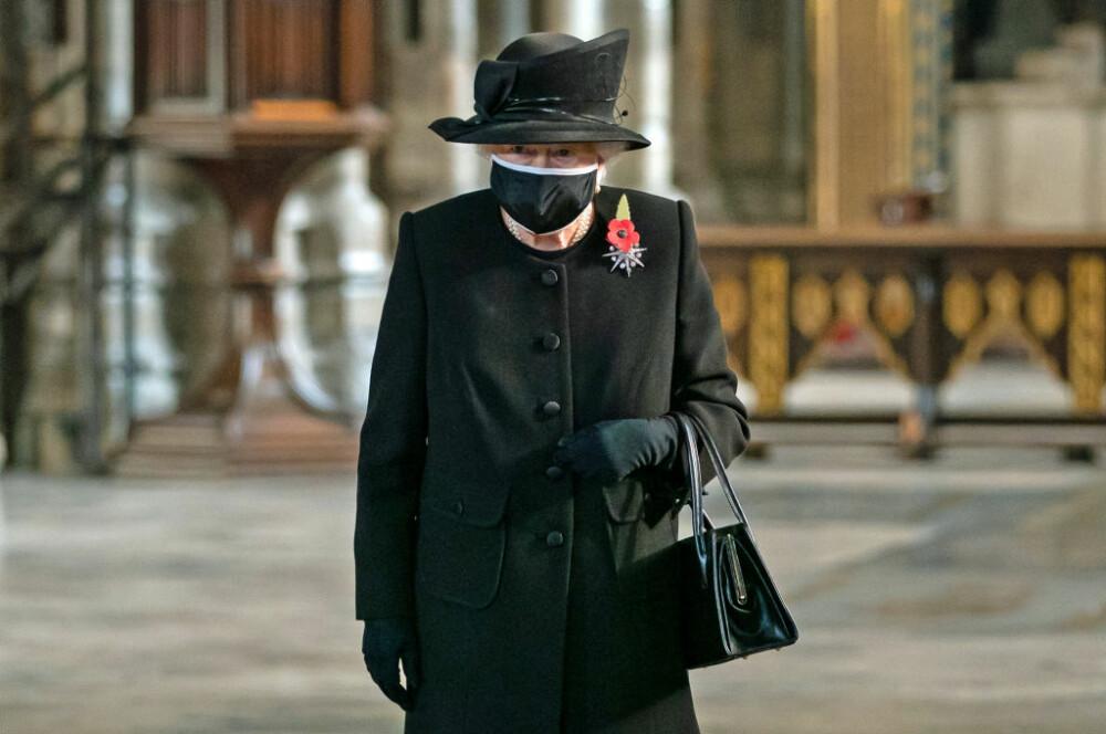 Regina Elisabeta, fotografiată pentru prima dată purtând mască de protecție, la o ceremonie dedicată soldaților britanici