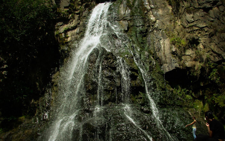 Imagini pentru Cascada din România care curge printr-o casă. Se spune că apa ar avea puteri magice