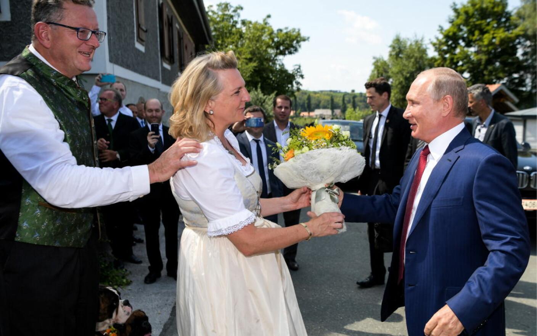 Putin I A Dat Un Samovar Miresei Din Austria și A ținut Un Discurs